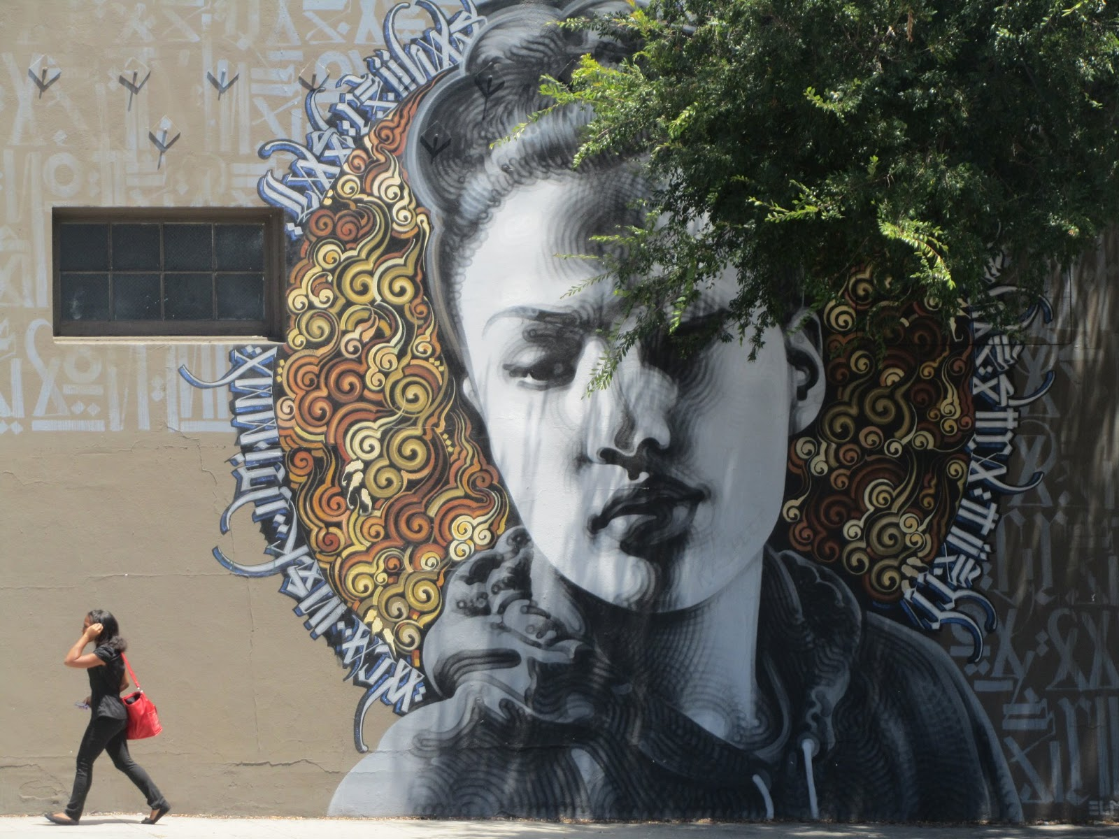 Graffiti rostro de chica con corona