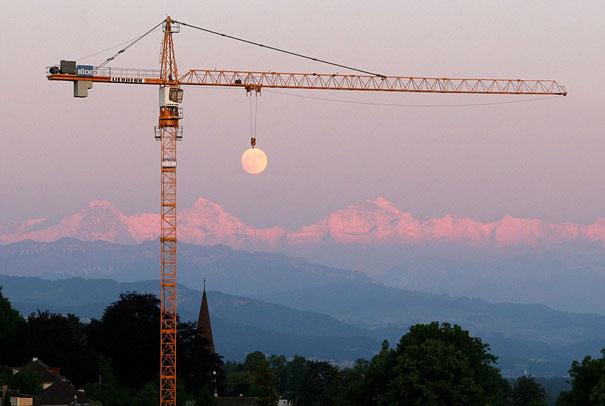 Ilusión óptica - Grúa sujetando la Luna