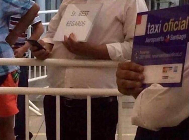 hombre con cartel en aeropuerto sr best regards