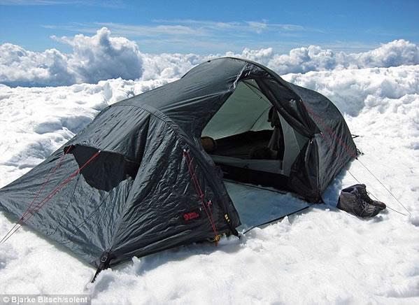 Tienda de campaña en las nubes
