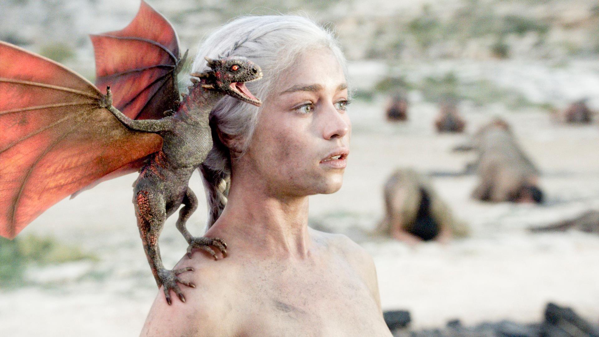 Juego de Tronos - Daenerys Targaryen con cría de dragón