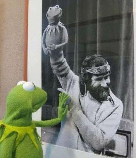 La rana Gustavo con su creador