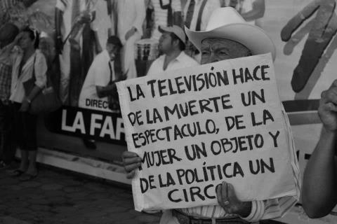 La televisión hace de la muerte un espectáculo, de la mujer un objeto y de la política un circo