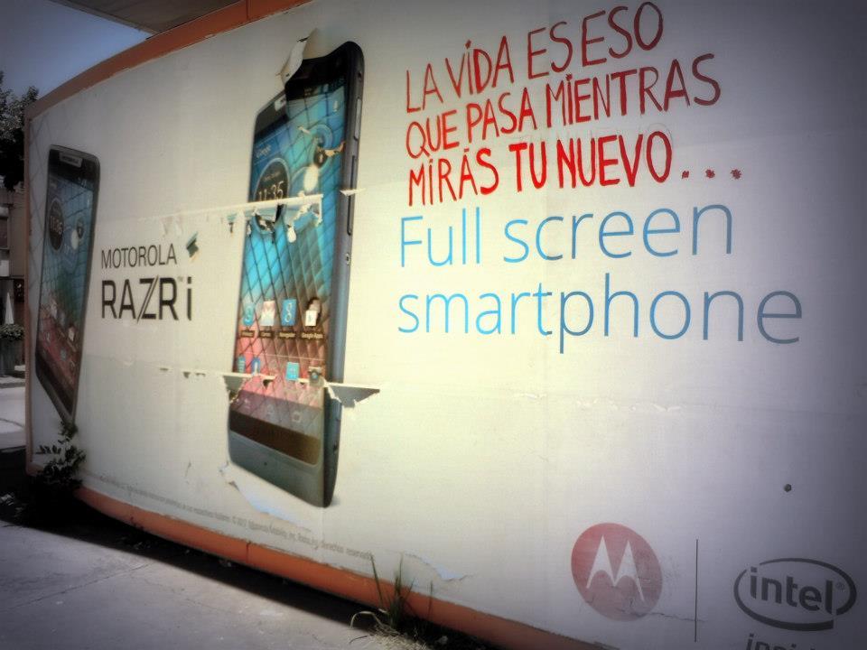 La vida es eso que pasas mientras miras tu nuevo full screen smartphone