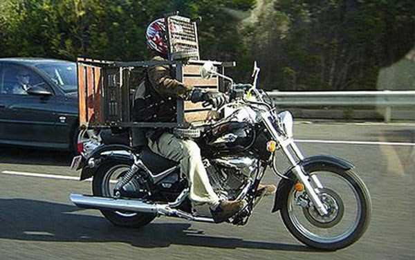 llevando la mesa en la moto