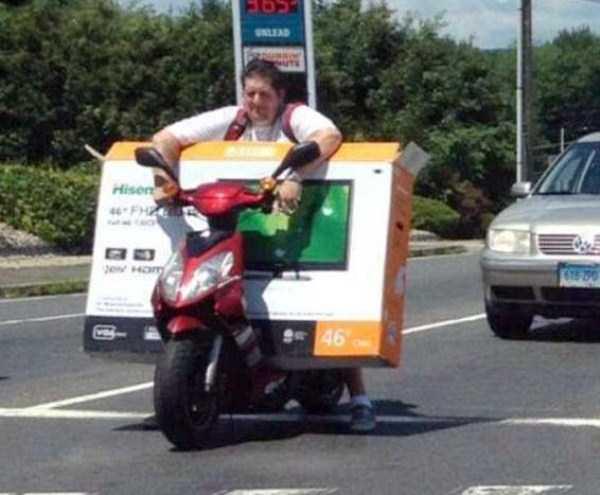 llevando televisor con scooter