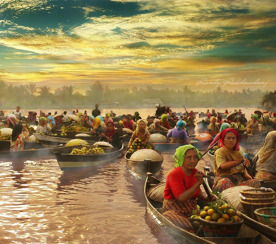 Mercado flotante en el sur de Borneo, Indonesia