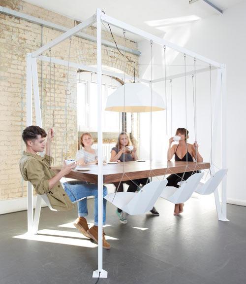 Mesa con sillas-columpio