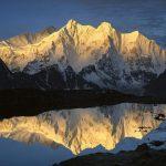 Montaña nevada y lago