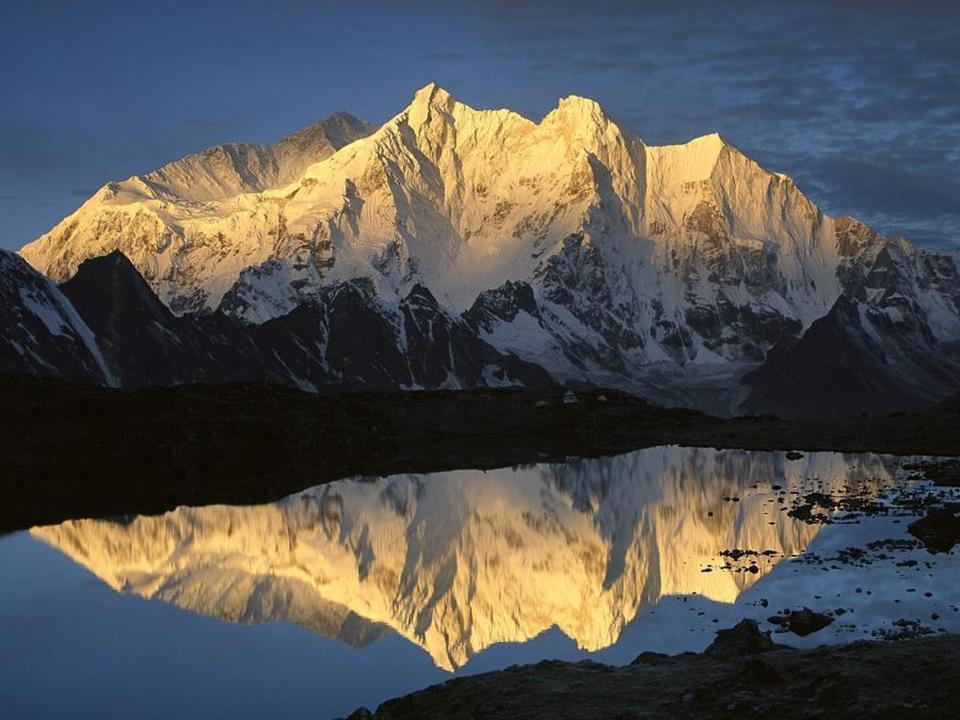 montaña nevada reflejada en lago