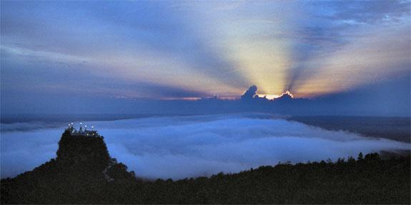 Monte Popa (Birmania) al anochecer