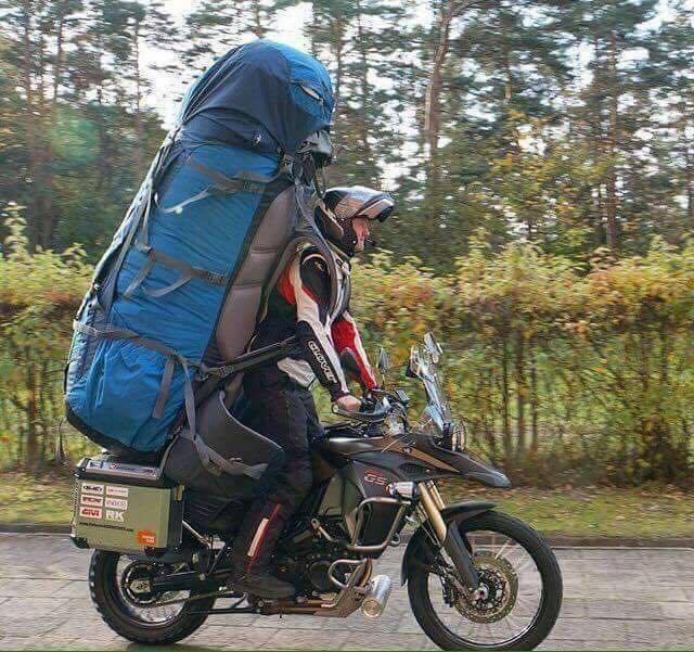 motero con mochila enorme