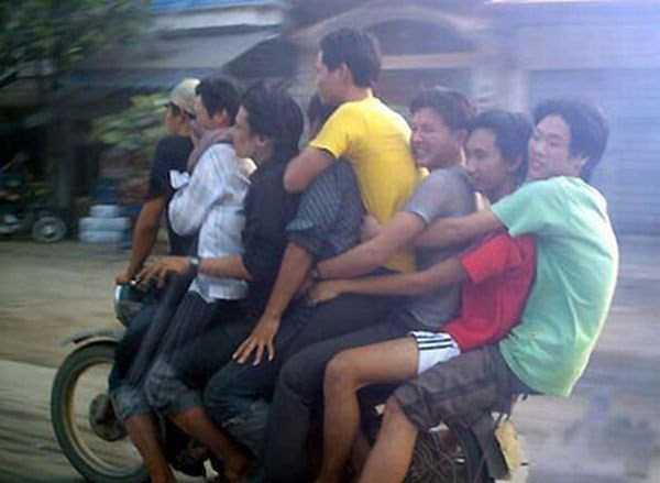 moto con 8 personas