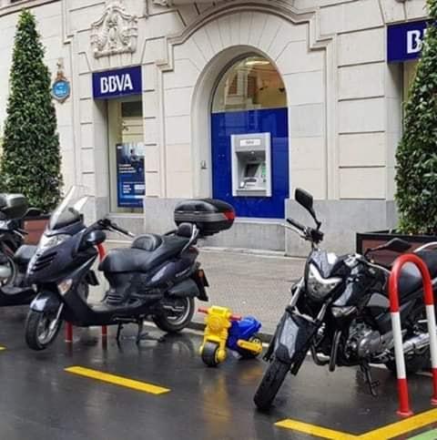 moto de juguete aparcada en plaza de motos