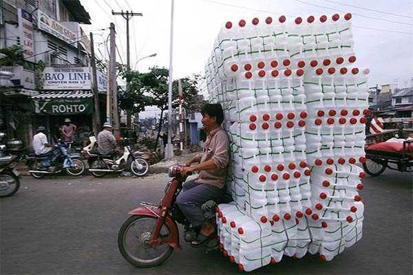 motocicleta cargada de botellas