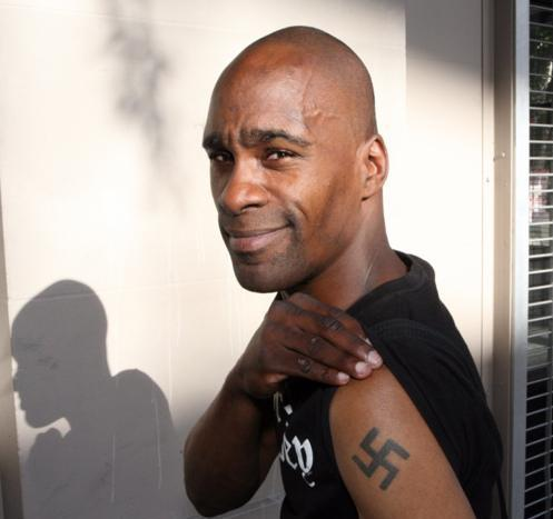Negro con esvástica tatuada