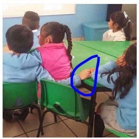 niño en clase abrazado a una niña y dando la mano a otra