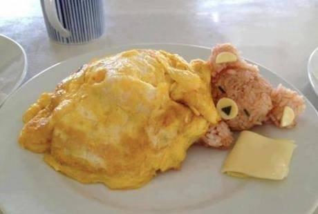 Osito durmiendo con arroz y tortilla