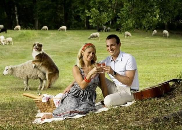 Pareja haciendo un picnic en el campo