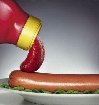 Bote de ketchup probando la salchicha