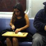 Picando cebolla en el metro