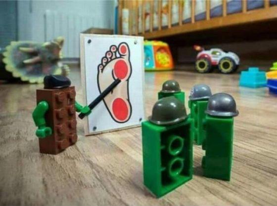 piezas de lego preparandose para atacar pies