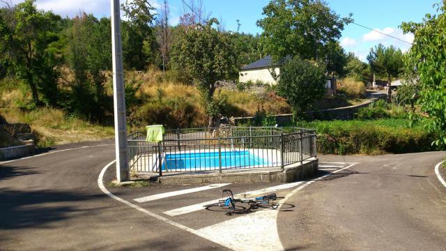 piscina en mediana en mitad de un cruce villar de omaña