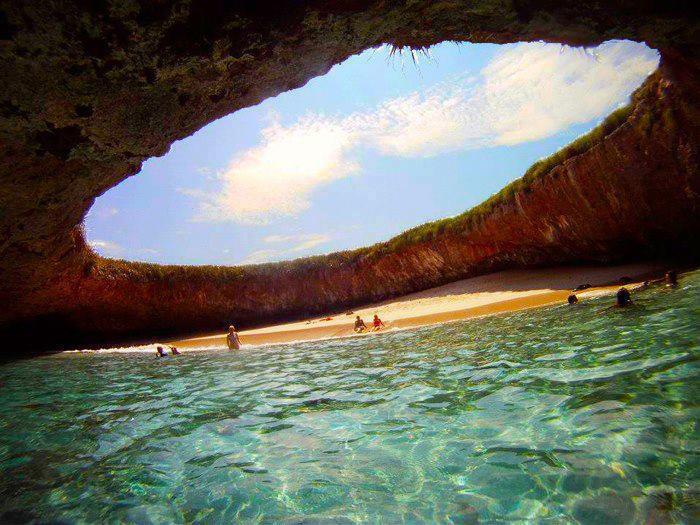 Playa bajo una cueva