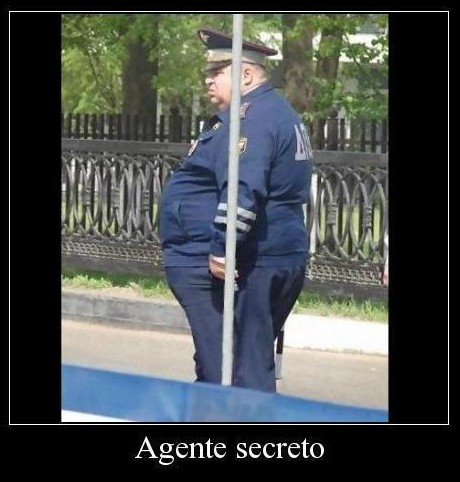 policia gordo detras de un poste - agente secreto