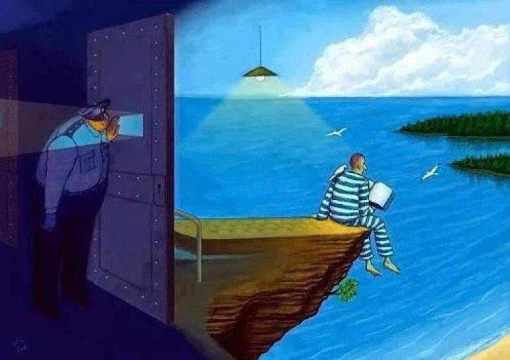 preso en celda leyendo