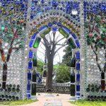 Puerta decorada con botellas de cristal