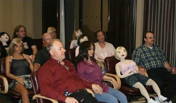 Reunión del club de amantes de muñecas hinchables