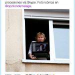 Señora retransmitiendo a señora las procesiones vía Skype