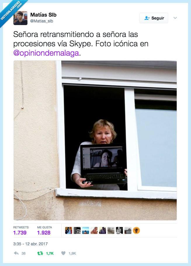 señora retransmitiendo a señora las procesiones via skype