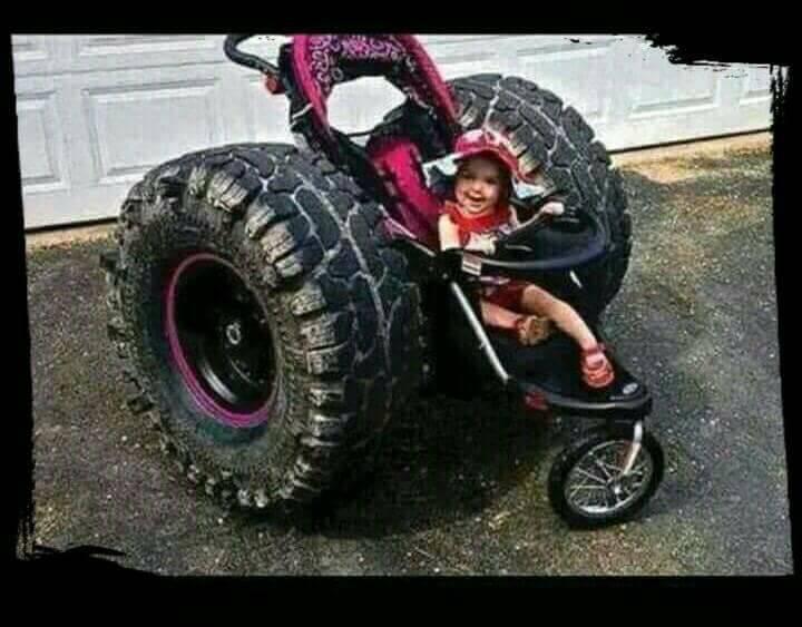 silla de bebe con ruedas enormes