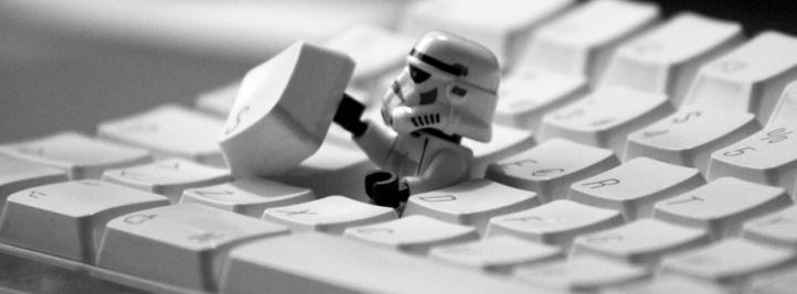 Soldado imperial escondido en el teclado