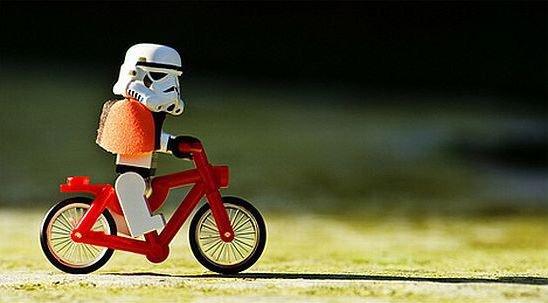 Soldado Lego Star Wars en bici