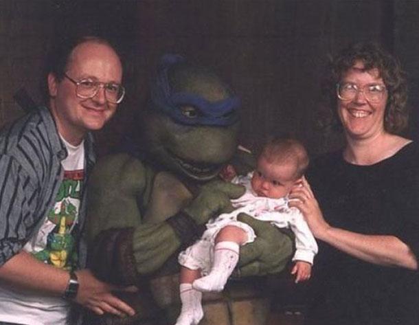 Tortuga ninja con bebé en brazos