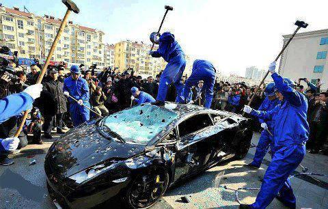 Trabajadores griegos tuneando el coche de su jefe