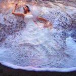 Vestido de boda y ola