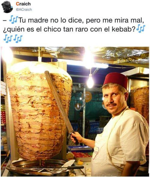 tu madre no lo dice, pero me mira mal, quien es el chico tan raro con el kebab