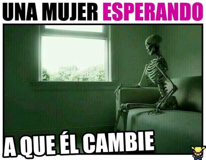 una mujer esperando a que el cambie esqueleto