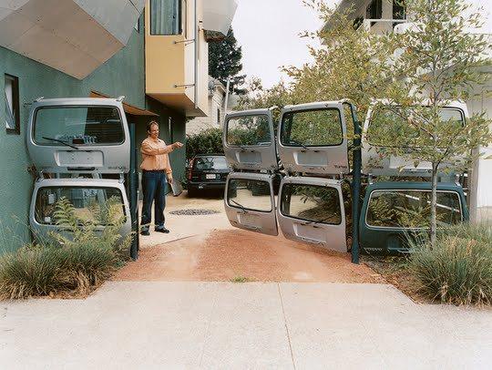 valla electrificada con puertas de coche