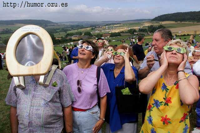 viendo el eclipse con una tapa de water en la cara